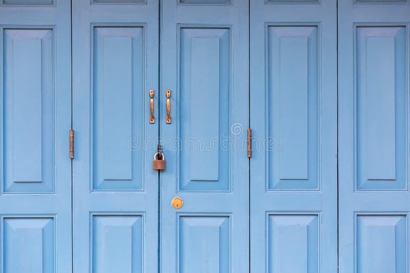 Den yttre dörren med handtaget och låset i tappning utformar arkivfoto