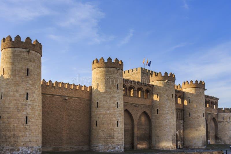 Den yttre fasaden av den Aljaferia slotten som byggs om i det 20th århundradet arkivfoton