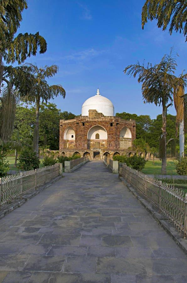 Den yttre sikten av Hazira Maqbara, med gravvalv av Qutb-ud-buller Muhammad Khan, handleder av Salim, son och efterträdare av Akb royaltyfria bilder
