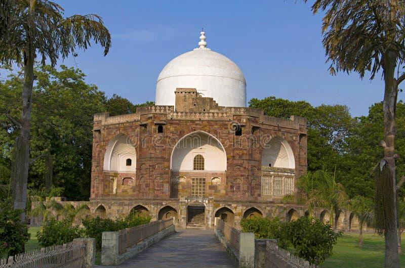 Den yttre sikten av Hazira Maqbara, med gravvalv av Qutb-ud-buller Muhammad Khan, handleder av Salim, son och efterträdare av Akb royaltyfri fotografi