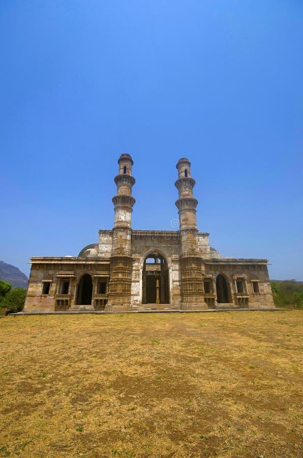 Den yttre sikten av Kevada Masjid har minaret, jordklotet som kupoler och smal trappa UNESCO Champaner - arkeologiska Pavagadh pa royaltyfri fotografi