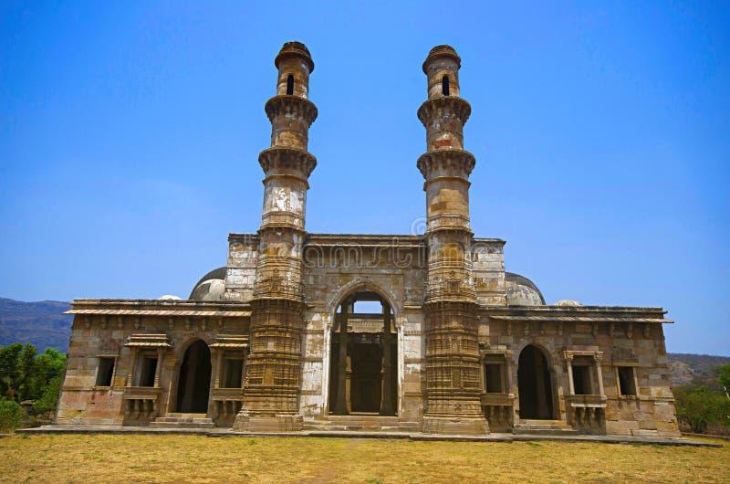 Den yttre sikten av Kevada Masjid har minaret, jordklotet som kupoler och smal trappa UNESCO Champaner - arkeologiska Pavagadh pa arkivfoton
