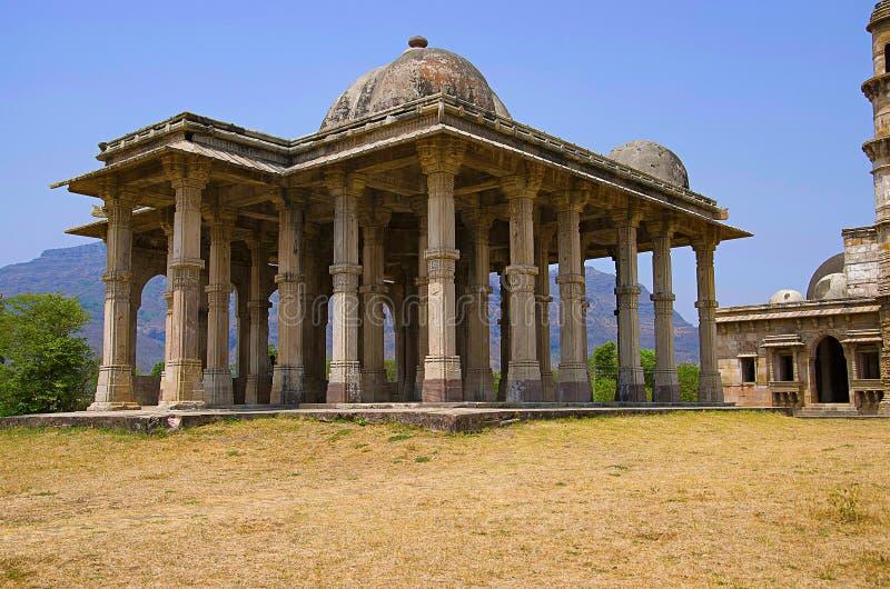 Den yttre sikten av Kevada Masjid har minaret, jordklotet som kupoler och smal trappa, UNESCO skyddade Champaner - Pavagadh Archa royaltyfri fotografi