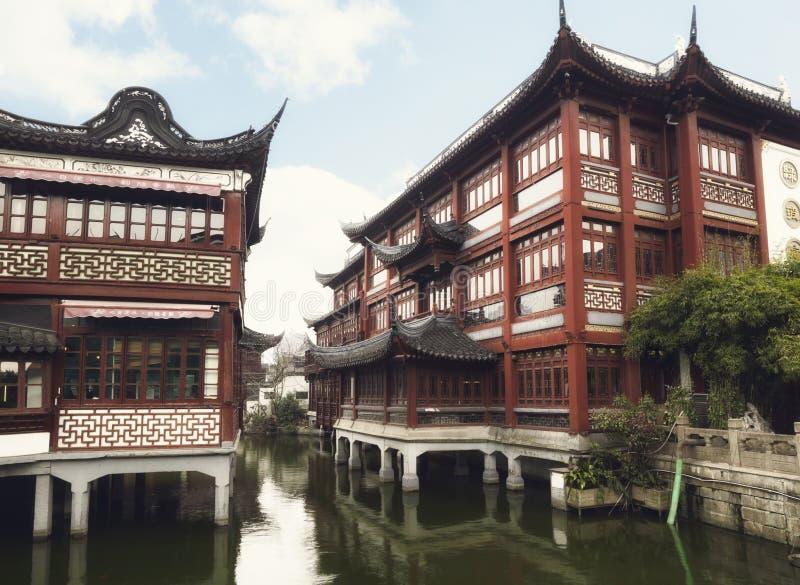 Den Yuyuan trädgårdträdgården av lycka är en omfattande kinesträdgård som lokaliseras i den gamla staden av Shanghai royaltyfri bild