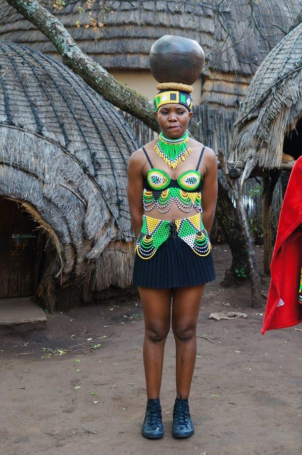 Den zulu- kvinnan sätter krukan på hennes huvud, Sydafrika royaltyfria foton