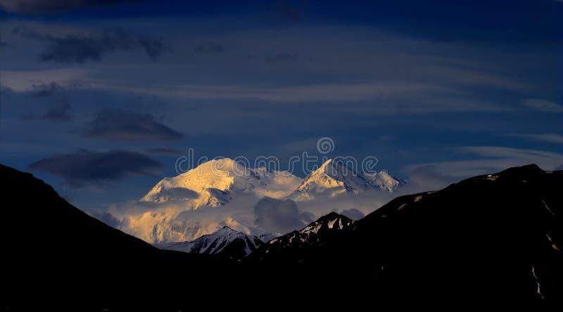 Download Denali dorato fotografia stock. Immagine di dusk, picco - 221744