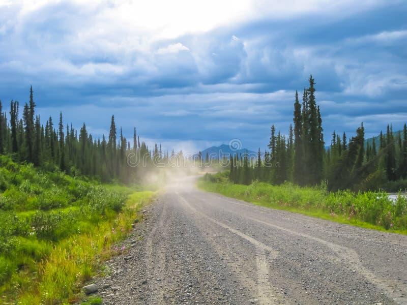 Denali huvudväg: grusväg i Alaska royaltyfri foto