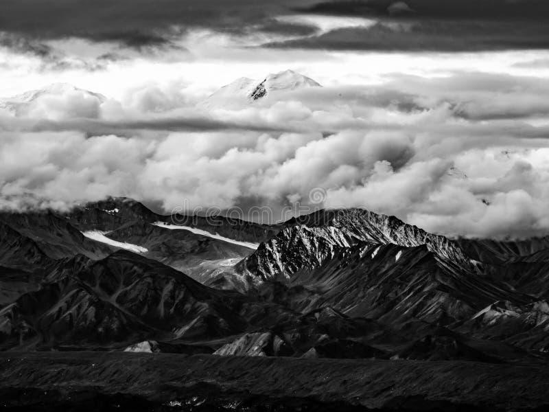 Denali si è oscurato dalle nuvole, sommità visibile - B&W fotografia stock