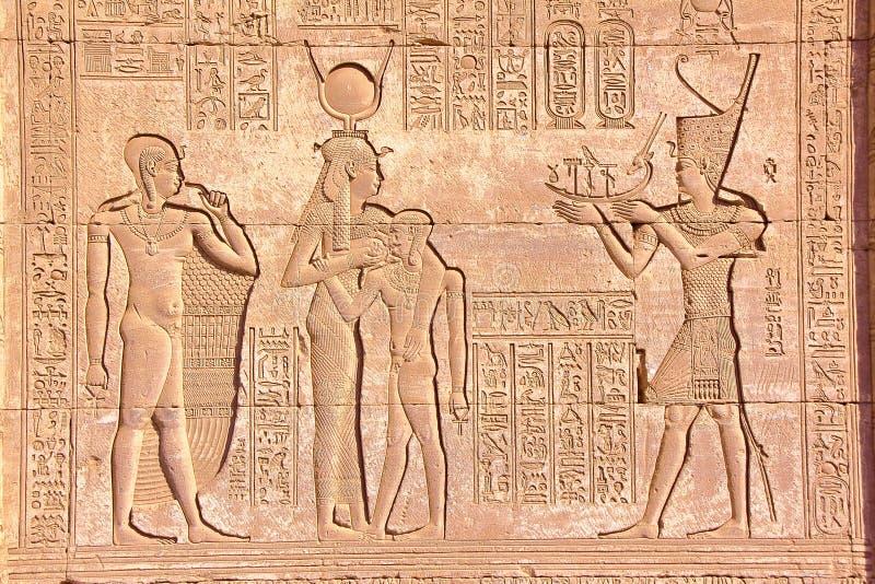 DENDERA, EGYPTE: Hiërogliefen bij Dendera-tempel gewijd aan Hathor-godin royalty-vrije stock foto's