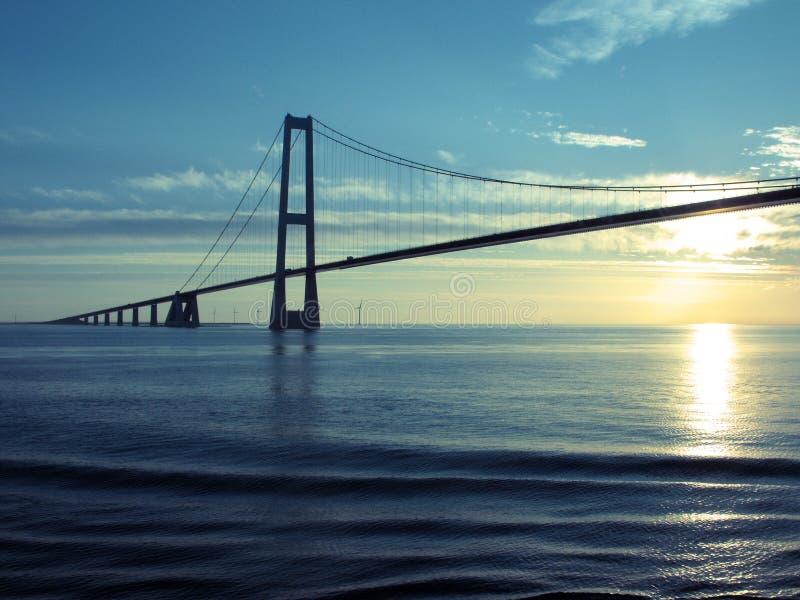 Denemarken: De grote Hangbrug van de Riem bij Zonsondergang royalty-vrije stock foto's