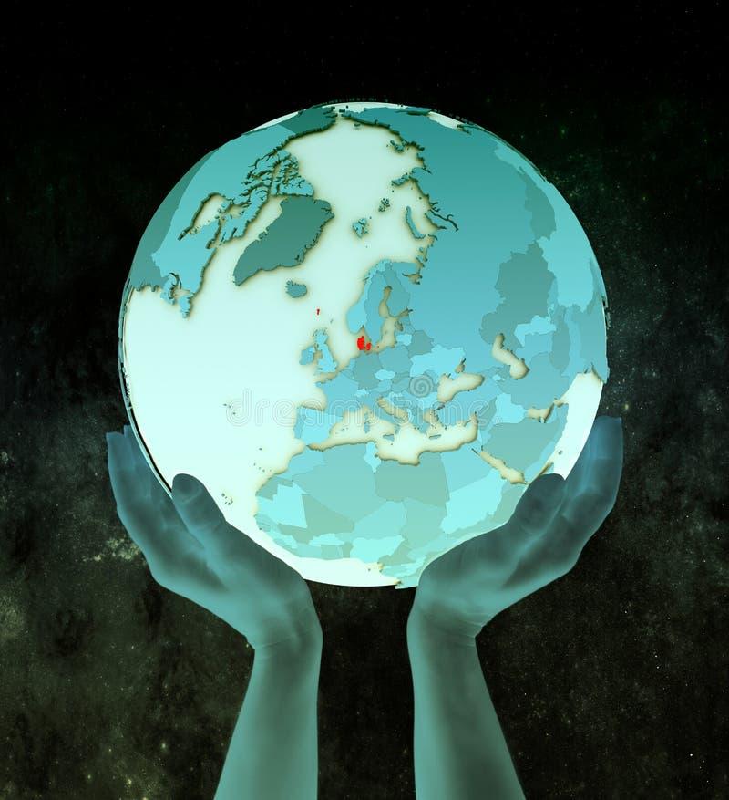 Denemarken op blauwe bol in handen stock illustratie
