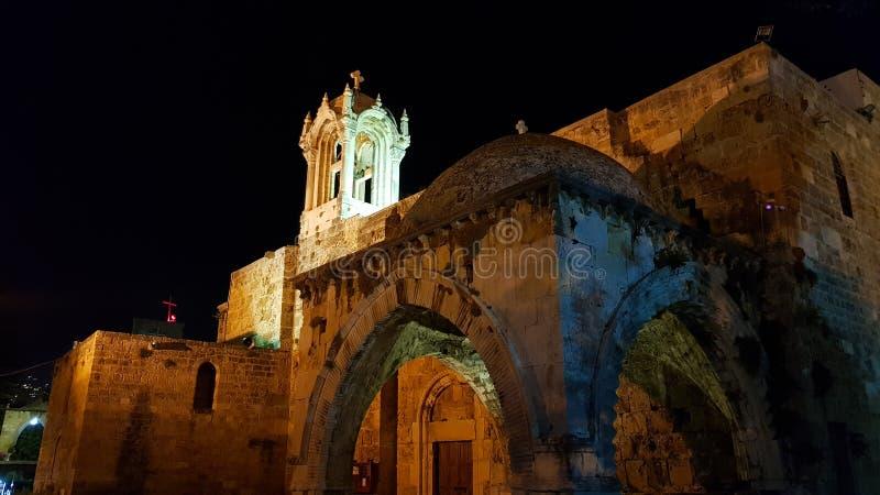 Denera kyrkan av St-John-fläcken i Byblos vid natt byblos lebanon fotografering för bildbyråer