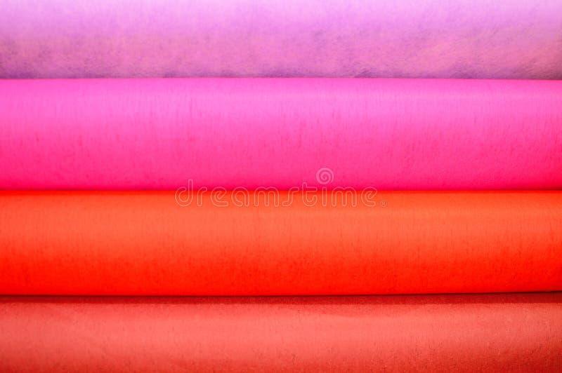 denfärgade trasan klädde med filt bakgrund arkivbild