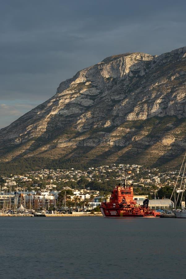 Denia port och Montgo berg, Alicante, Spanien royaltyfri fotografi