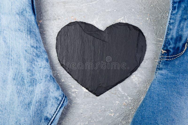 denim Fond de texture de jeans Jour de Valentine Coeur en pierre noir d'ardoise Copiez l'espace images stock