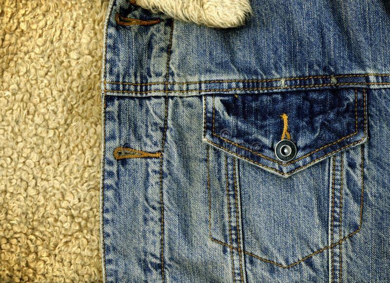 Denim-Jacken-Taschen-Detail mit Schaf-Haut-Beschaffenheit stockfotos