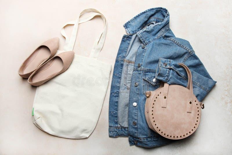 Denimjacke, -schuhe und -taschen der Frauen stockfotografie