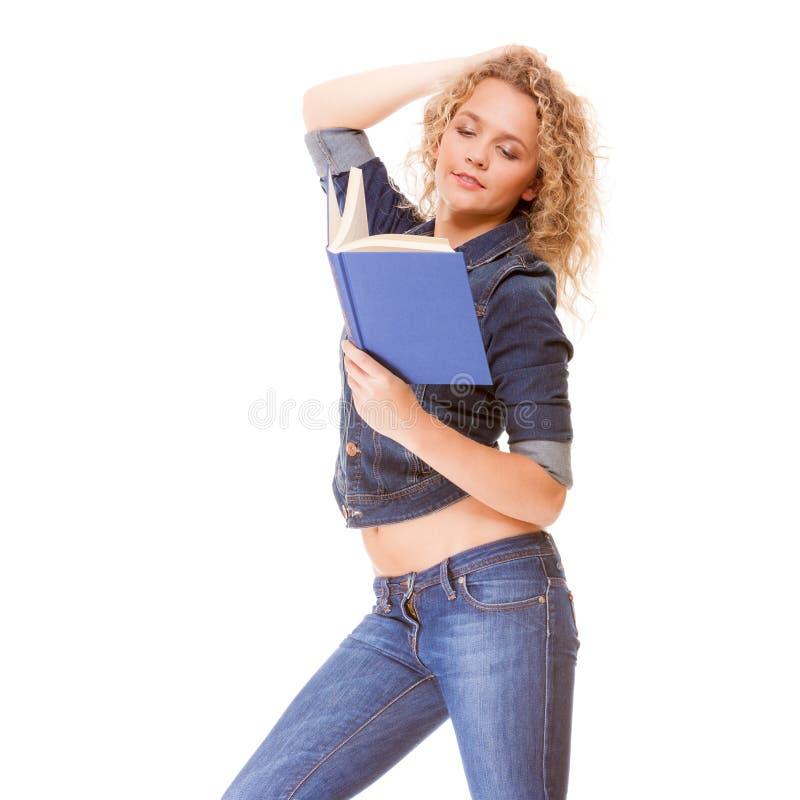 Denimmanier. Studentmeisje die in jeans boek lezen royalty-vrije stock foto