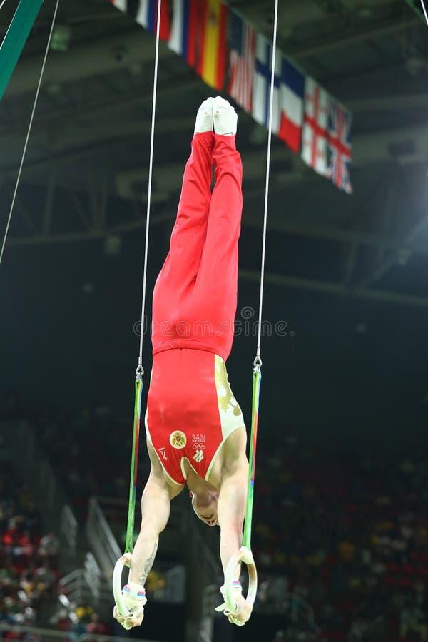 Denis Abliazin der Russischen Föderation konkurriert an den Männer ` s Ringen, die auf künstlerischem Gymnastikwettbewerb an olym lizenzfreie stockfotos