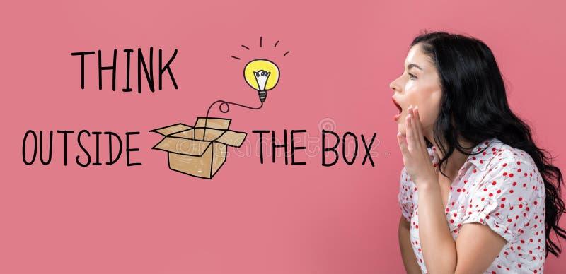 Denk buiten de doos met het jonge vrouw spreken stock fotografie