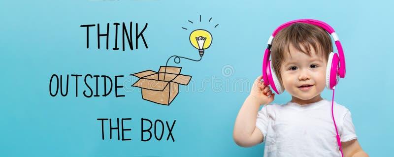 Denk buiten de doos met peuterjongen met hoofdtelefoons royalty-vrije illustratie