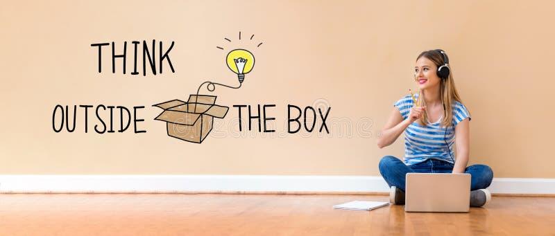 Denk buiten de doos met vrouw gebruikend een laptop computer stock fotografie
