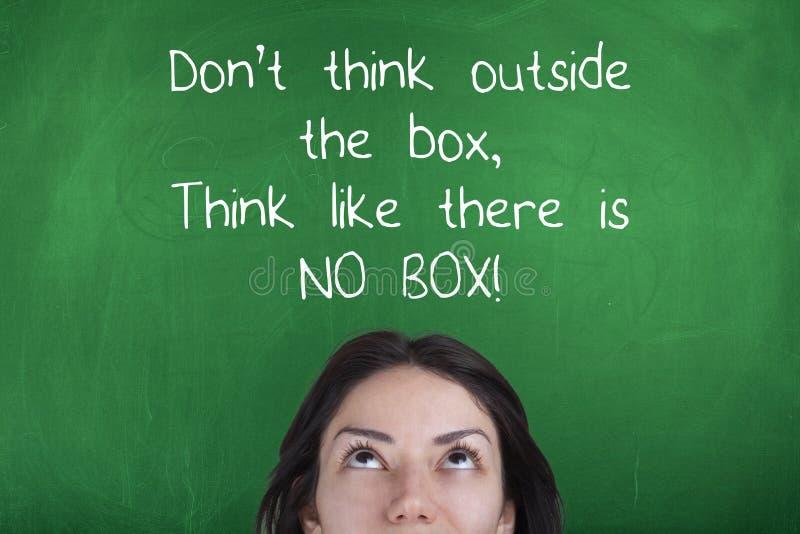 Denk niet buiten de Doos, denken als is Er Geen Doos, Motiverend Bedrijfsuitdrukking stock foto