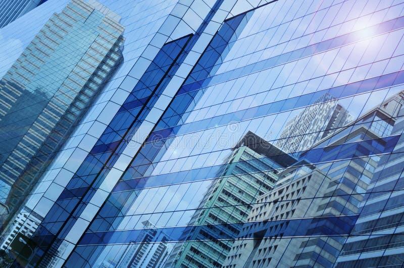 Denk van moderne stad na die op de toren van het vensterglas voortbouwen stock fotografie