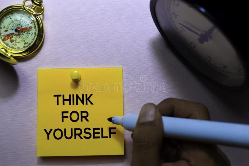 Denk voor zich tekst op kleverige die nota's op bureau worden geïsoleerd royalty-vrije stock foto