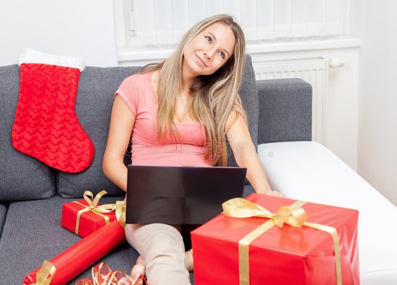 Denken an das perfekte Geschenk lizenzfreies stockfoto
