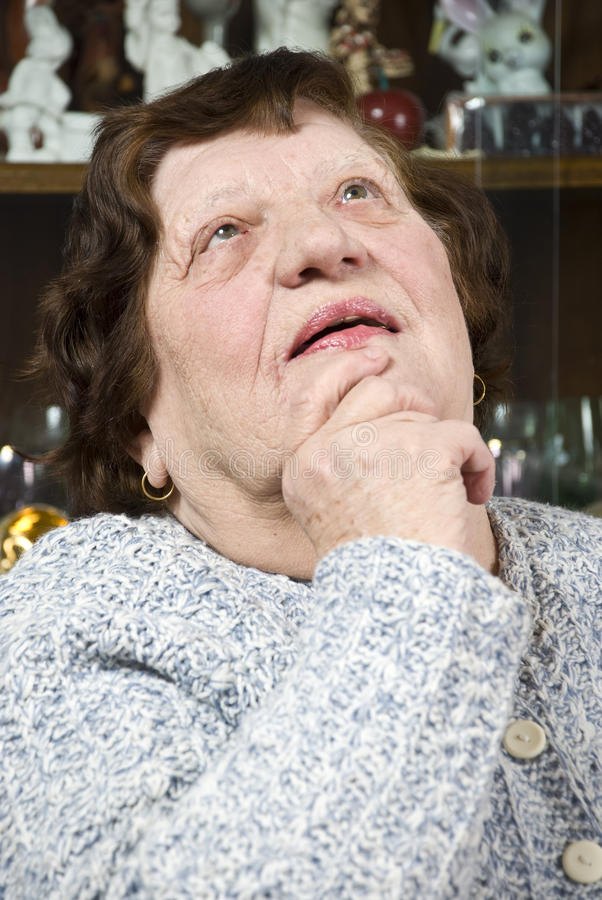 Denken der alten Frau lizenzfreie stockbilder