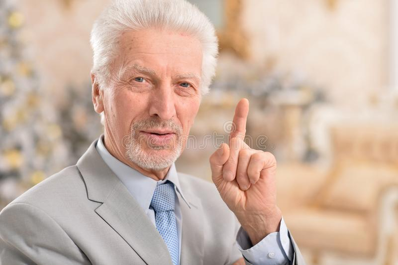 Denken des älteren Mannes lizenzfreies stockbild