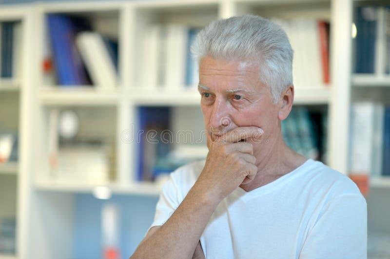 Denken des älteren Mannes lizenzfreie stockfotografie