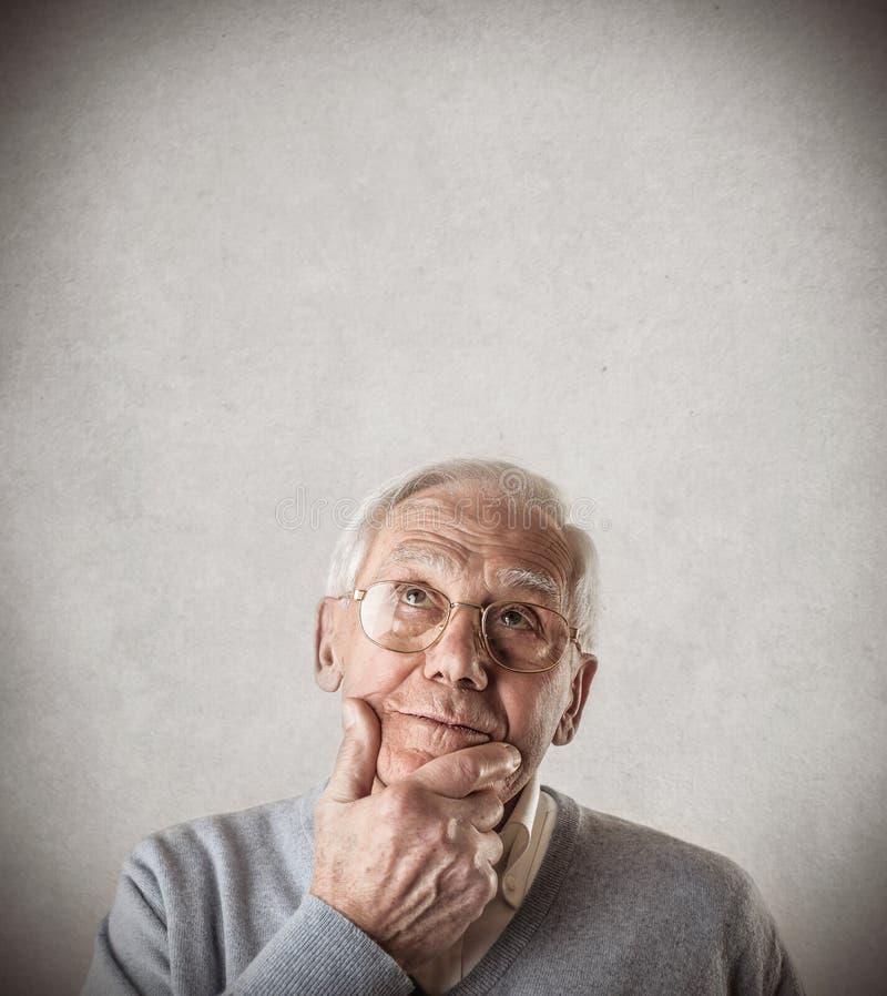 Denken des alten Mannes lizenzfreie stockfotografie