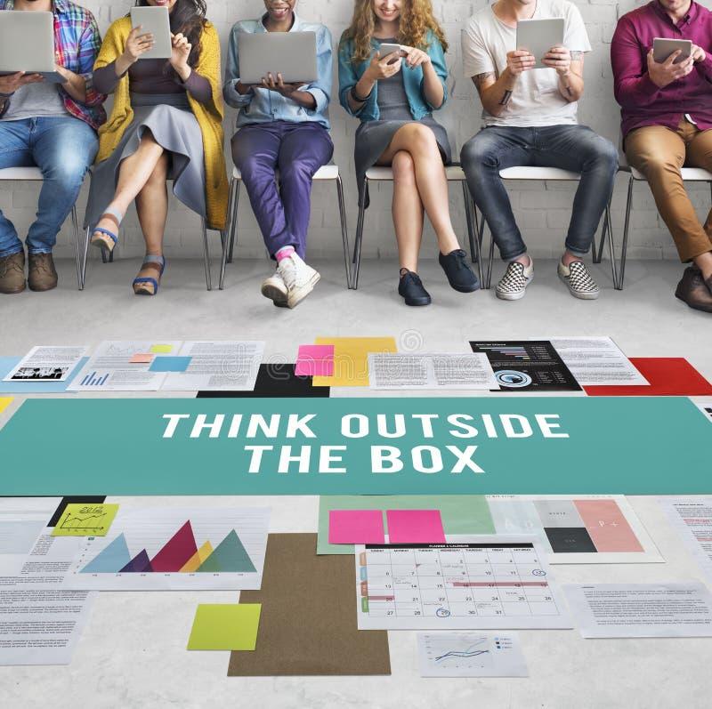 Denken Sie außerhalb der Kasten-Kreativitäts-Ideen sich vorstellen Konzept stockfoto