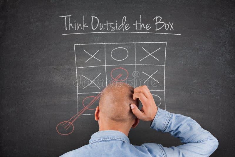 Denken Sie außerhalb der Kasten Tafel stockfoto