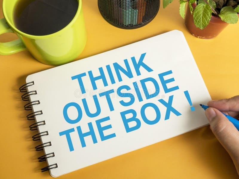 Denken Sie au?erhalb des Kastens, Motivwort-Zitat-Konzept lizenzfreie abbildung