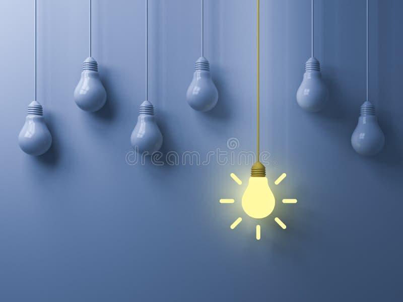 Denken Sie das unterschiedliches Ideen-Glühlampe des Konzeptes die hängende gelbe, die heraus von den weißen unlit Birnen steht stockfoto