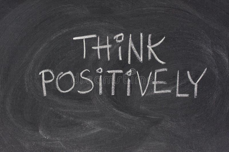 Denken Sie positiv Slogan auf Tafel lizenzfreie stockfotografie