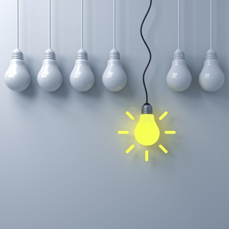 Denken Sie unterschiedliches Konzept, eine hängende glühende Glühlampe, die heraus von den schwachen unlit Glühlampen auf weißem  stockfoto