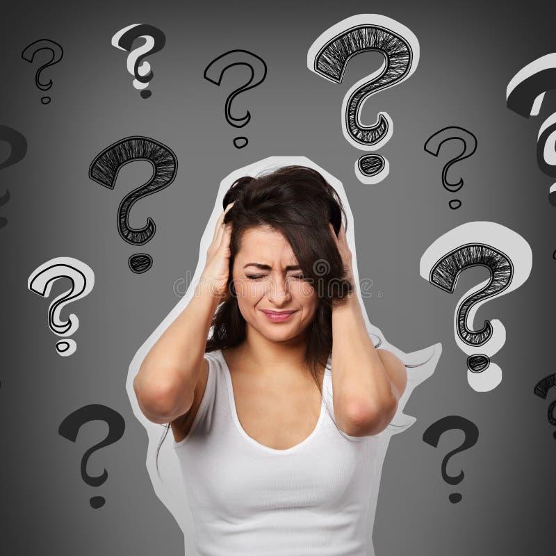 Denkend het lijden van aan concentraat ongelukkig met hoofdpijn en migrai vector illustratie