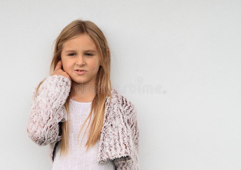 Denkend meisje royalty-vrije stock afbeelding