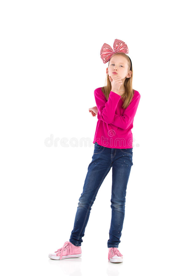 Denkend meisje met een grote roze haarboog. royalty-vrije stock foto's