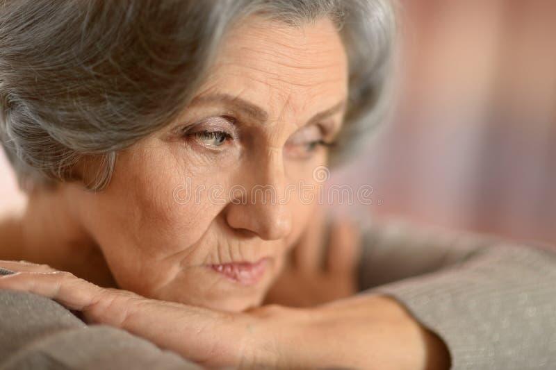 Denkende ältere Frau stockbild