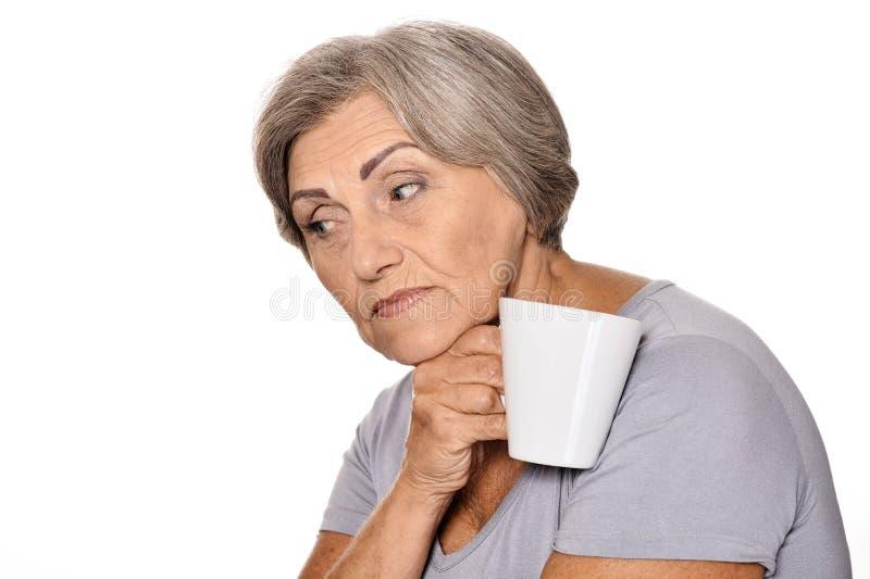Denkende ältere Frau mit Schale lizenzfreie stockfotografie