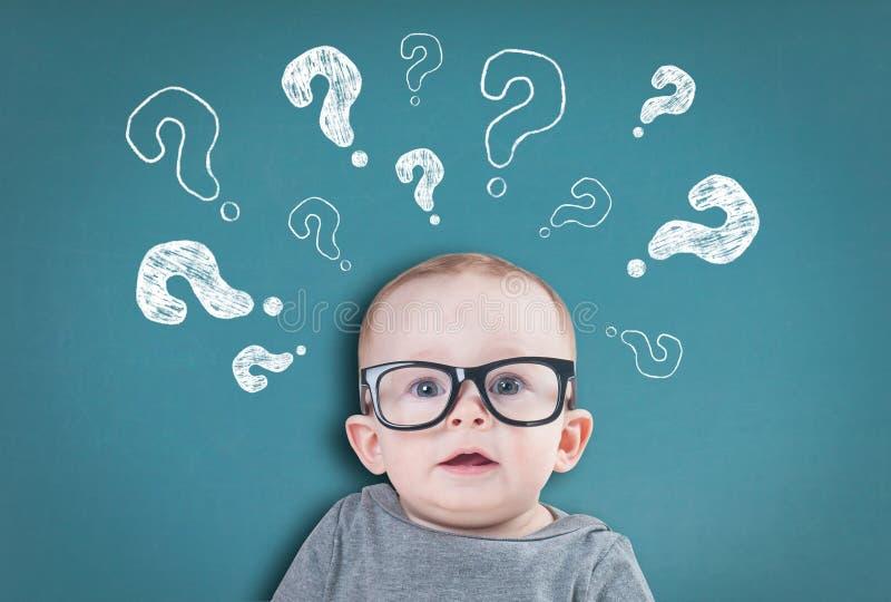 Denkende baby met vragen stock afbeeldingen