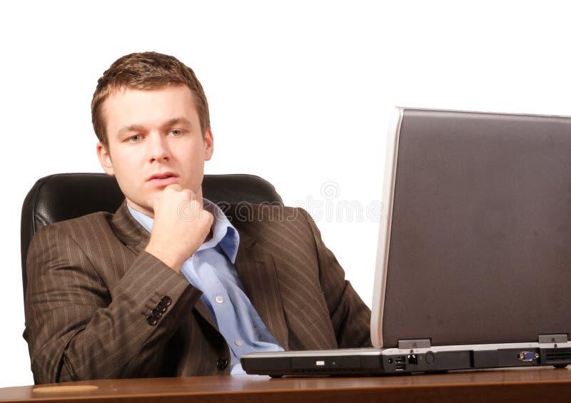 Denkende bedrijfsmens met laptop - slimme toevallig royalty-vrije stock foto