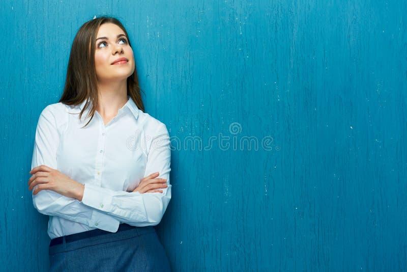 Denkende bedrijfsvrouw die omhoog kijkt stock foto's