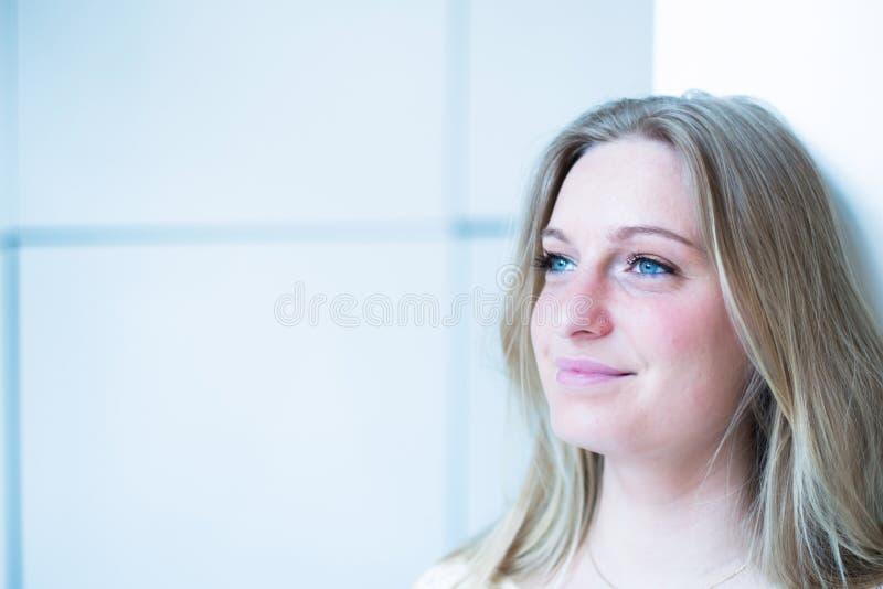 Download Denkende Frau stockfoto. Bild von schön, portrait, attraktiv - 26370274
