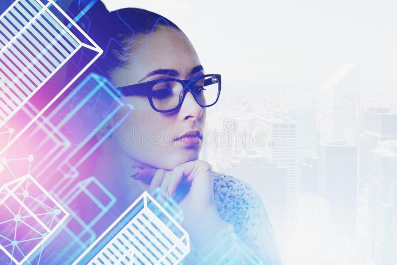 Denkende Frau in den Gläsern in der intelligenten Stadt lizenzfreies stockbild
